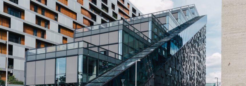 ساختمان پلکانی از جنس شیشه